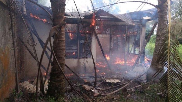 Bangunan Kosong Bekas Gudang Hangus Terbakar di Padang, 6 Mobil Damkar Diturunkan