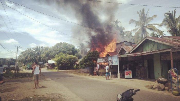 Kebakaran di Kampung Gobah Talang Kayu Jao, Nagari Sungai Sirah, Kecamatan Silaut, Kabupaten Pesisir Selatan, Sumbar, Selasa (5/1/2021).