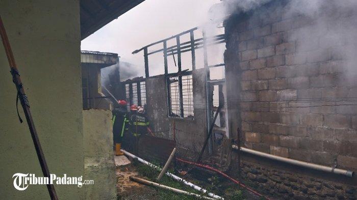 Padamkan Rumah Terbakar di Seberang Padang, Petugas Damkar Hadapi Sejumlah Kesulitan