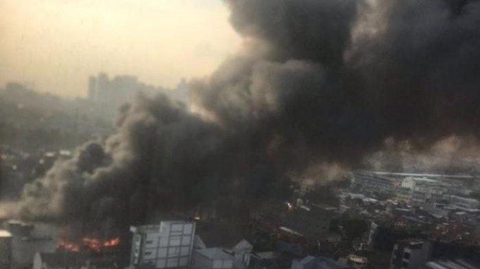 17 Unit Pompa dan 85 Personel Damkar Dikerahkan Memadamkan Kebakaran di Pasar Kambing Tanah Abang