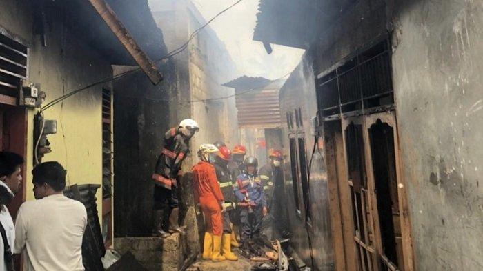 4 Rumah Warga Kota Padang Terbakar, Tim Damkar Padamkan Api di Pemukiman Padat Penduduk