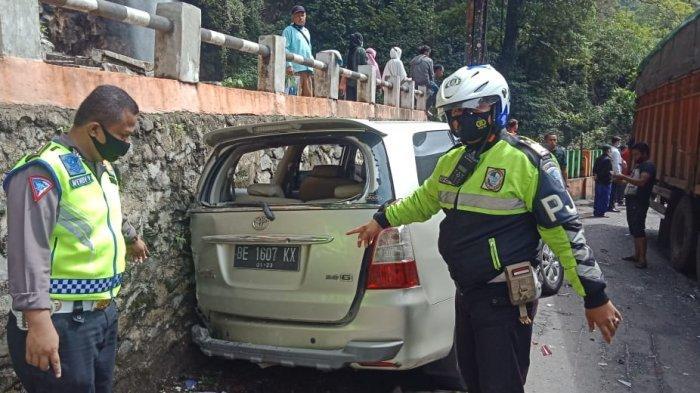 Kecelakaan beruntun di jalan Padang Panjang - Padang Jorong Air Mancur, Nagari Singgalang, Kecamatan X Koto, Kabupaten Tanah Datar, Sumatera Barat, Rabu (30/12/2020).