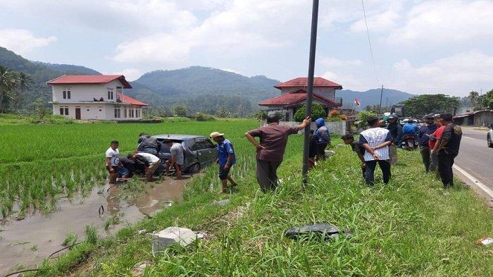 2 Mobil Terlibat Kecelakaan, Polisi:1 Masuk Sawah dan 1 Berhenti di Teras Rumah