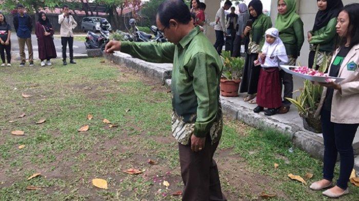 12 MahasiswaMeninggal Akibat Gempa 30 September 2009, STBA Prayoga Padang Gelar Tabur Bunga