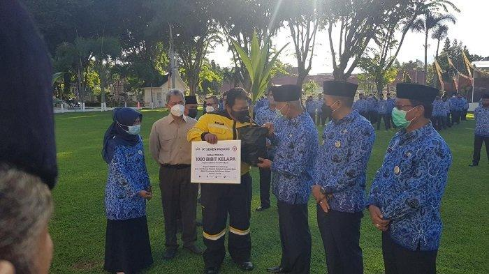 PT Semen Padang Serahkan, 1000 Bibit Pohon Kelapa ke Pemprov Sumbar