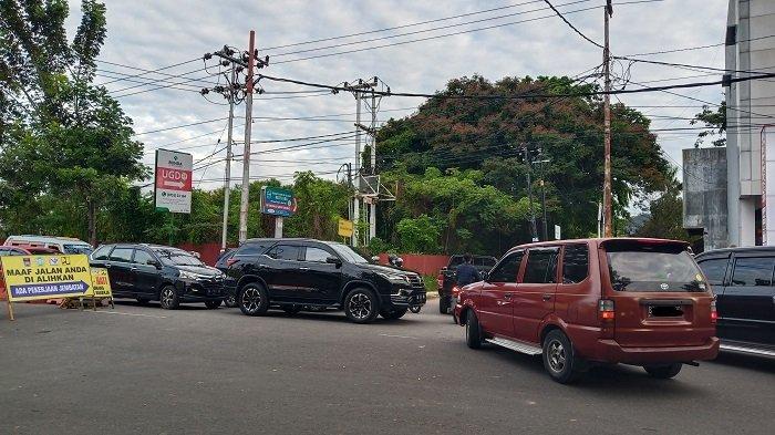 Macet di Pertigaan Jalan Sawahan: Pengendara Saling Adu Suara Klakson Kendaraannya