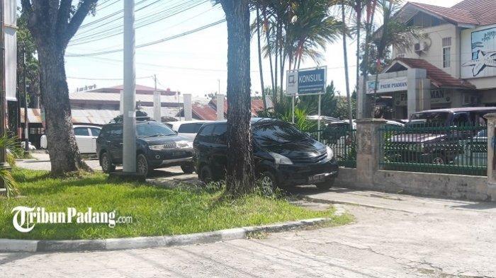 Sudah Ditegur Wali Kota Padang, Sejumlah Kendaraan Masih Nekat Parkir di Trotoar Khatib Sulaiman
