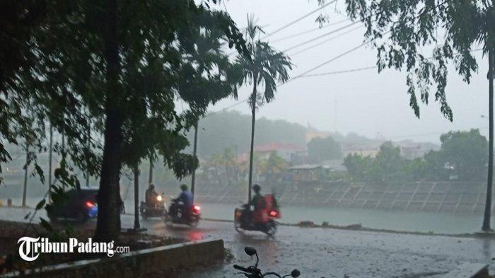 Kendaraan yang melinatas saat hujan turun mengguyur Kota Padang, Sabtu (6/3/2021).