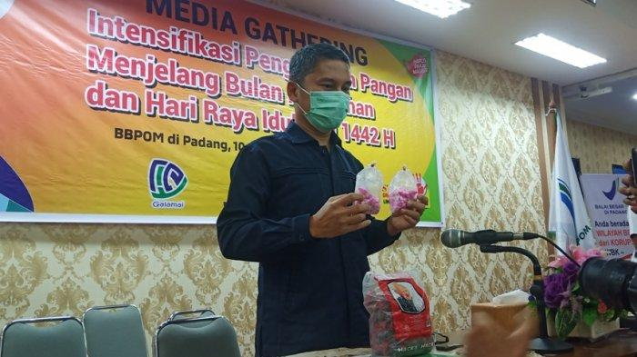 Kepala BPOM di Padang menunjukan cendol delima mentah yang mengandung bahan berbahaya, Senin (10/5/2021). BPOM menguji 86 sampel takjil sebagai bentuk pengawasan pangan takjil di beberapa kabupaten dan kota di Sumatera Barat (Sumbar).