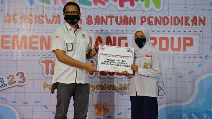 Kepala Unit CSR PT Semen Padang M Ikrar menyerahkan beasiswa kepada salah seorang pelajar pada Agustus 2020.