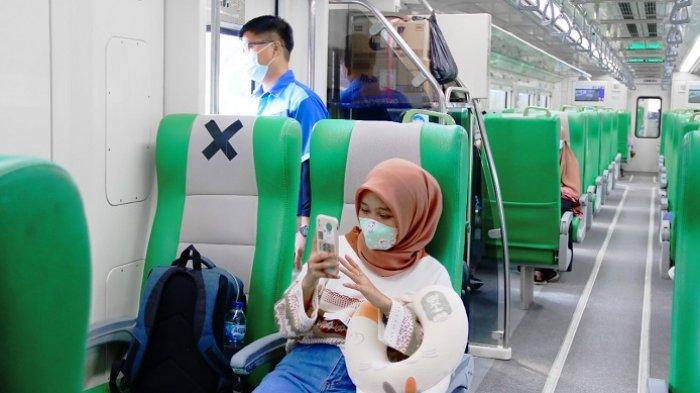 Kereta Api Minangkabau Ekspres, Jumat (23/4/2021).