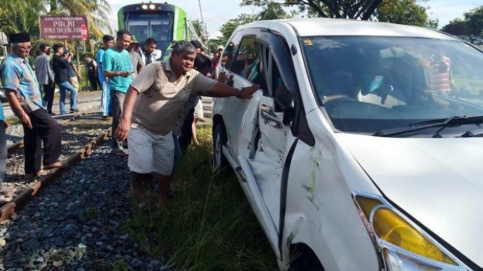 KRONOLOGI Kereta Api Minangkabau Ekspres Tabrak Avanza di Padang, Mesin Mobil Tiba-tiba Mati