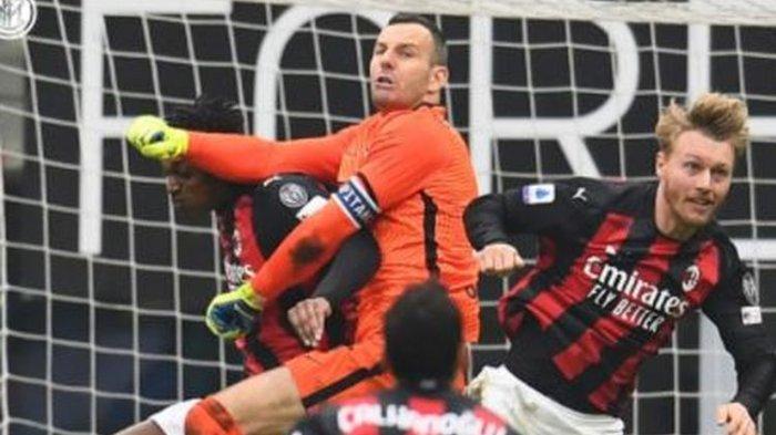 Kiper Inter Milan, Samir Handanovic, beraksi dalam laga Liga Italia kontra AC Milan di Stadion San Siro, Minggu (21/2/2021).