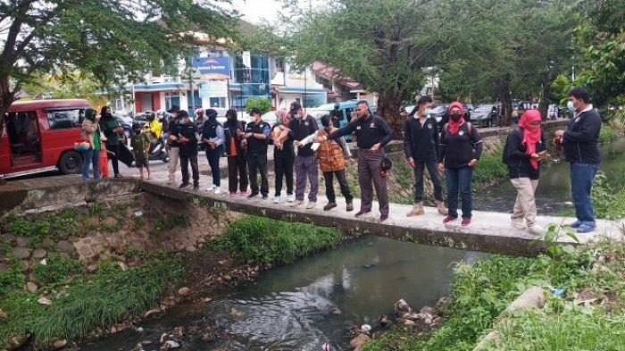 Atasi Pencemaran, Komunitas Pecinta Lingkungan Tebar Eco Enzyme di Banda Kali Sawahan Padang