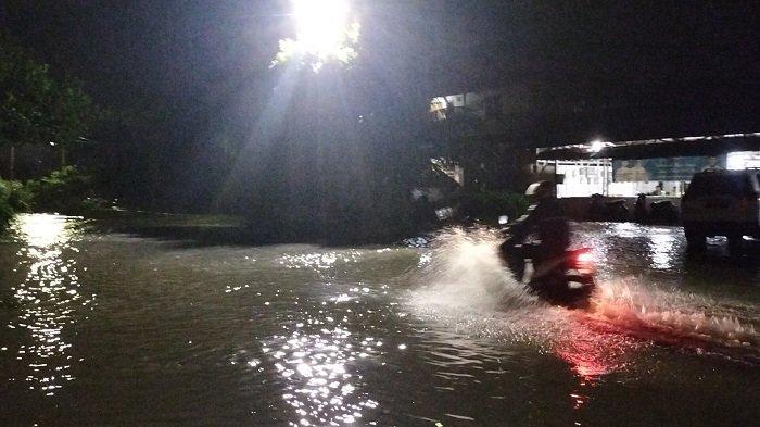 Jalan Kurao Kapalo Banda Kota Padang Direndam Banjir Setinggi Betis hingga Lutut Orang Dewasa