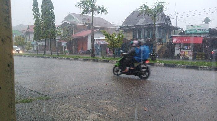 PeringatanDiniBMKG: Waspada Potensi Hujan Lebat Disertai Angin Kencang, Padang & 15 Daerah Sumbar