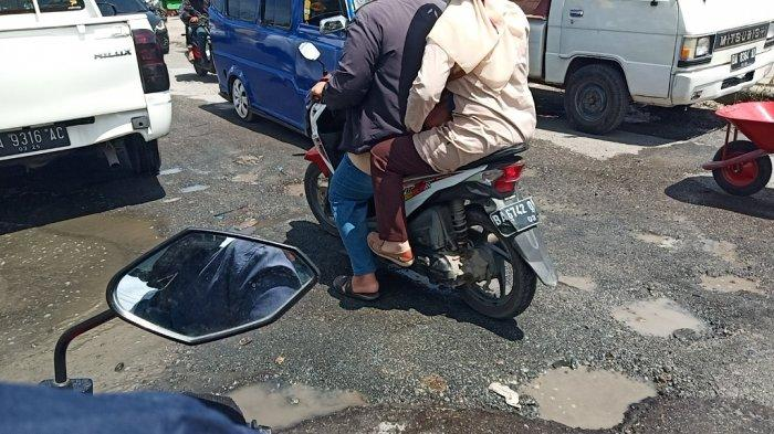 Viral Video Jalan Berlubang Dekat Stasiun Bukit Putuih Teluk Bayur Padang, Pengendara Sering Jatuh