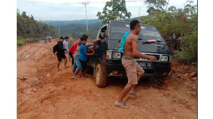 Kondisi jalan dari Nagari Sialang menuju Nagari Galugua, Kabupaten Limapuluh Kota, Sumatera Barat (Sumbar) rusak parah.