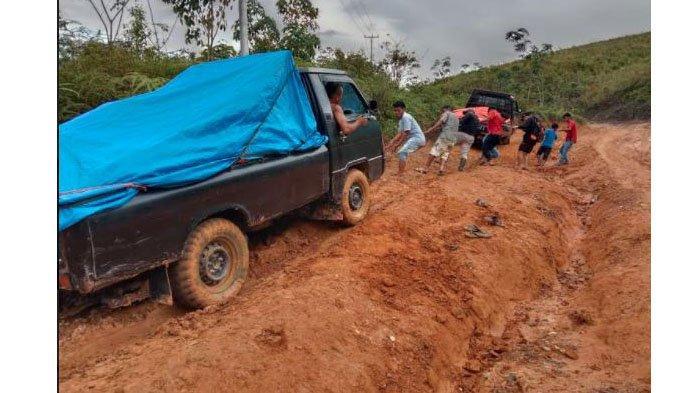 Jalan Rusak Parah di Galugua, Ambulans Tak Bisa Lewat, Warga Sakit Harus Dibawa Mobil Double Gardan