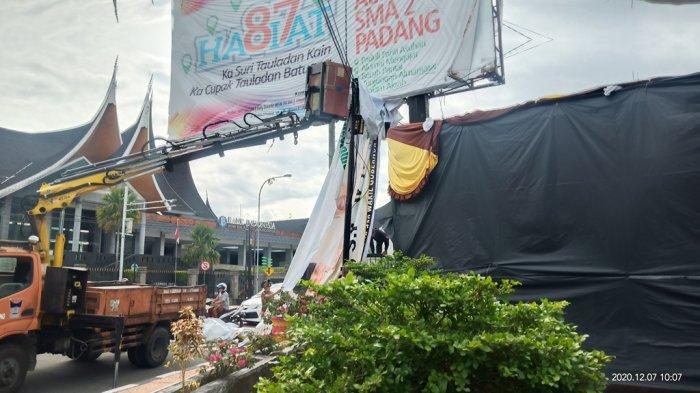 KPU Bersihkan Alat Peraga Kampanye di Padang, Libatkan Mobil Pemotong Dahan