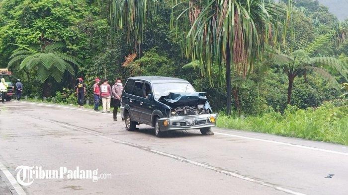 Satu mobil terlihat dalam kondisi ringsek di bagian depan setelah insiden kecelakaan lalu lintas (Lakalantas) di jalan Raya Padang - Solok, Kota Padang, Provinsi Sumatera Barat, Kamis (15/4/2021).   (TRIBUNPADANG.COM/REZIAZWAR)