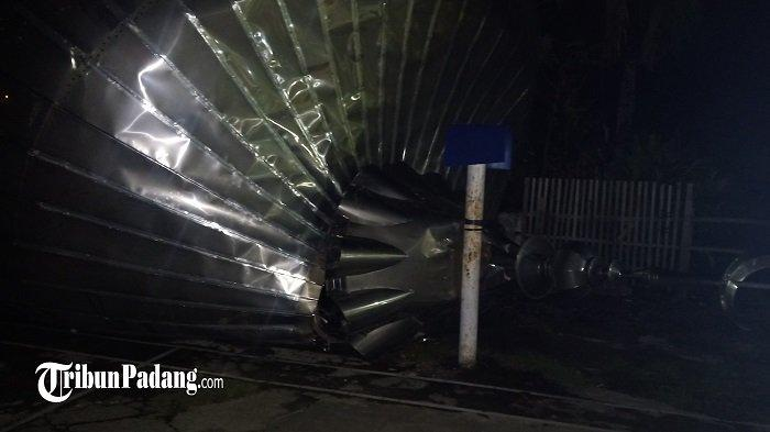 Angin Kencang Terbangkan Kubah Masjid Baitul Makwa di Kota Padang