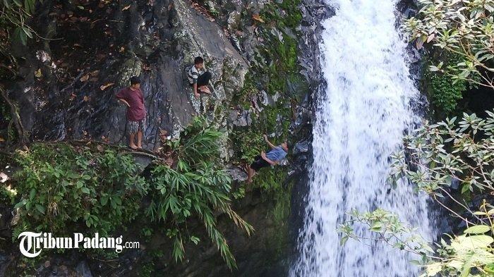Objek Wisata pemandian air terjun Lubuk Tempurung, Kelurahan Kuranji, Kecamatan Kuranji, Kota Padang, Provinsi Sumatera Barat, Selasa (1/6/2021).