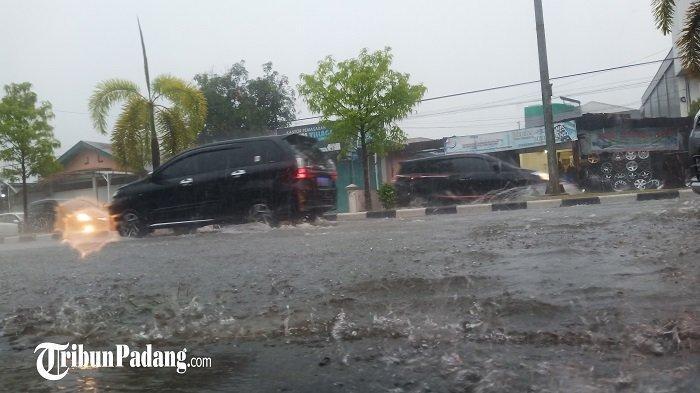 PeringatanDiniBMKG: Hujan Lebat Disertai Petir & Angin Kencang di Padang dan Pesisir Selatan