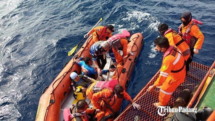 Tim SAR Padang dan Nelayan Ikut Evakuasi 10 Orang, Upaya Pencarian 3 Korban Lagi