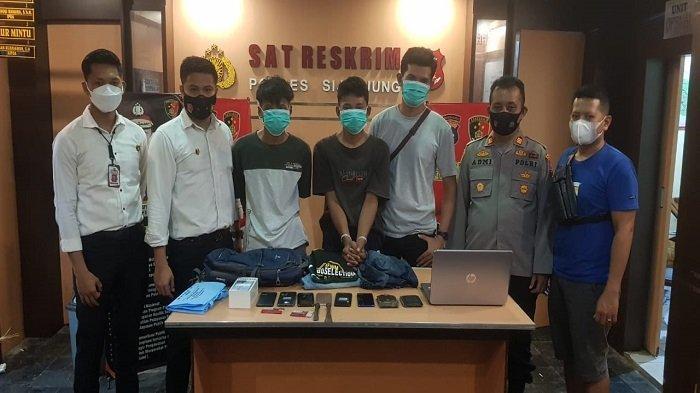 Polres Sijunjung amankan 3 pelaku yang diduga melakukan tindak pidana pencurian dengan pemberatan spesialis bongkar rumah.