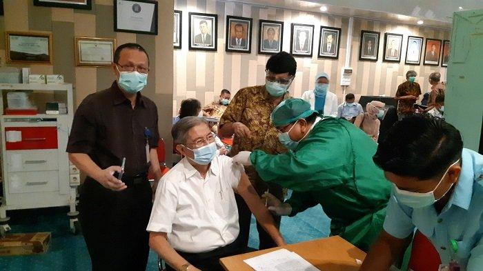 52 Nakes Lansia Divaksinasi Covid-19 di RSUP M Djamil Padang, dr Firman: Baik-baik Saja