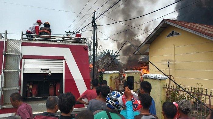 Mobil Damkar Kota Padang Sempat Kesulitan Tembus Jalanan ke Lokasi Warung Terbakar