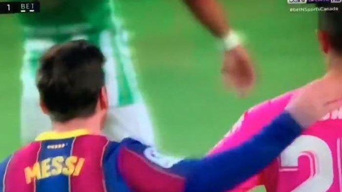 Kapten Barcelona, Lionel Messi sempat terekam kamera saat, mencolek leher kiper Real Betis, yang dalam laga tersebut tuan rumah Barca menang atas tim tamu dalam lanjutan kompetisi Liga Spanyol (LaLiga), Sabtu (7/11/2020) waktu setempat.