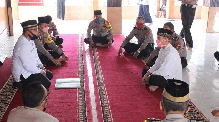 KISAH Tahanan Polres Sijunjung Jadi Mualaf, Kerap Lihat Rekan Satu Sel Rajin Salat, Ngaji dan Azan