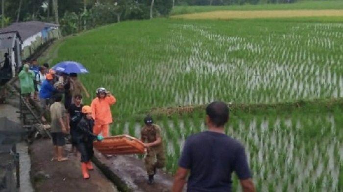 Terlihat proses evakuasi korban yang tersambar petir di Kabupaten Tanah Datar, Provinsi Sumbar, Kamis (16/9/2021).