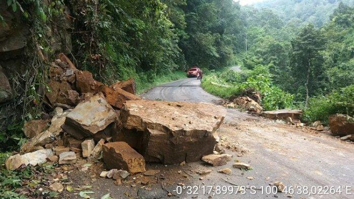 BREAKING NEWS: Longsor, Bongkahan Batu Besar Tutupi Jalan ke Lokasi Wisata Puncak Pato, Tanah Datar