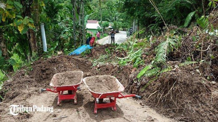 Longsor di Bungus Teluk Kabung Padang, Tutup Akses Jalan ke Sungai Pisang