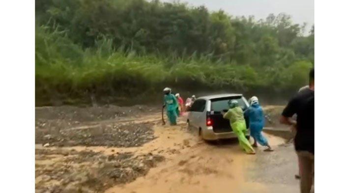 Viral Longsor Hantam Avanza di Lembah Gumanti, Humas Pemkab Solok: Kejadian Kemarin di Aia Dingin