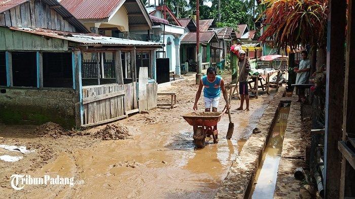 Banjir Campur Lumpur Masuki Rumah Warga Bungus Teluk Kabung Padang, Gotong Royong Bersihkan