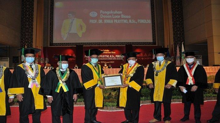 Tuntas 10 Tahun Pimpin Sumbar, Irwan Prayitno Dikukuhkan Menjadi Guru Besar Luar Biasa di UNP
