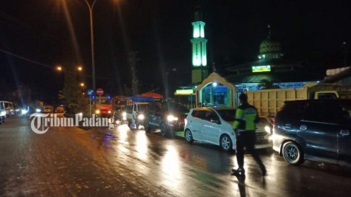 Macet panjang terjadi akibat longsor yang terjadi di kawasan Lubuk Paraku, Kecamatan Lubuk Kilangan, Kota Padang, Sumatera Barat, Jumat (24/9/2021). Kemacetan terlihat sampai ke Jalan Raya Indarung atau depan Masjid Raya Al-Ittihad,