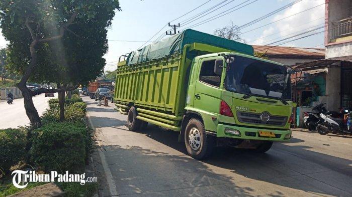 Satu unit truk mengalami kerusakan di Jalan Tanjung Saba, Kecamatan Lubuk Begalung, Kota Padang, Sumatera Barat, Senin (24/5/2021). Akibatnya macet panjang dari arah Indarung dan Solok tak terhindarkan