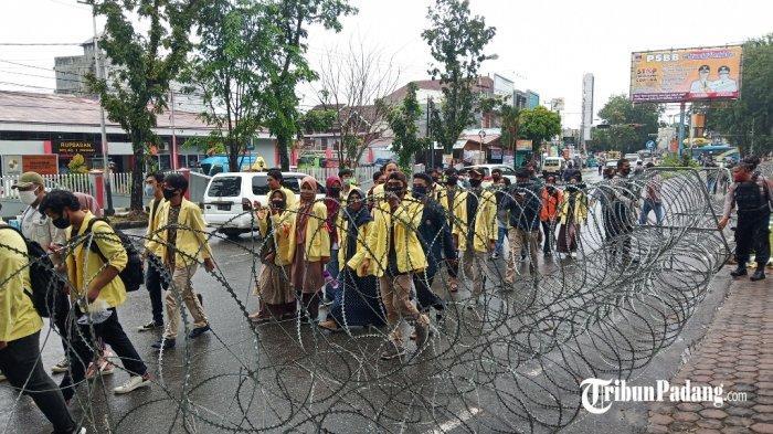Mahasiswa yang akan melaksanakan aksi demo di DPRD Sumbar, Rabu (7/10/2020).