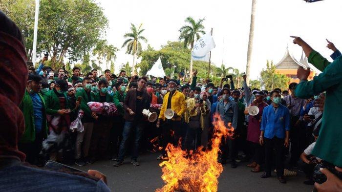 Demo Kabut Asap, Mahasiswa Bawa 'Pocong' hingga Bakar Sampah di Halaman Kantor Gubernur Sumbar