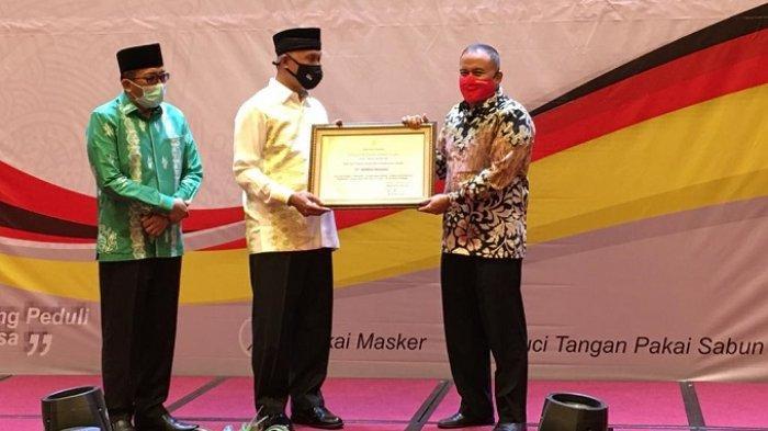 Wali Kota Padang Mahyeldi Ansharullah (dua dari kiri) menyerahkan apresiasi kepada PT Semen Padang atas kontribusi penanganan COVID-19 di Kota Padang, yang diterima Kepala Departemen Komunikasi & Hukum Perusahaan PT Semen Padan