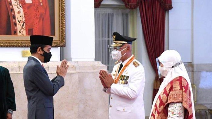 Mahyeldi mendapat ucapan selamat dari Presiden Joko Widodo setelah dilantik sebagai Gubernur Sumbar di Istana