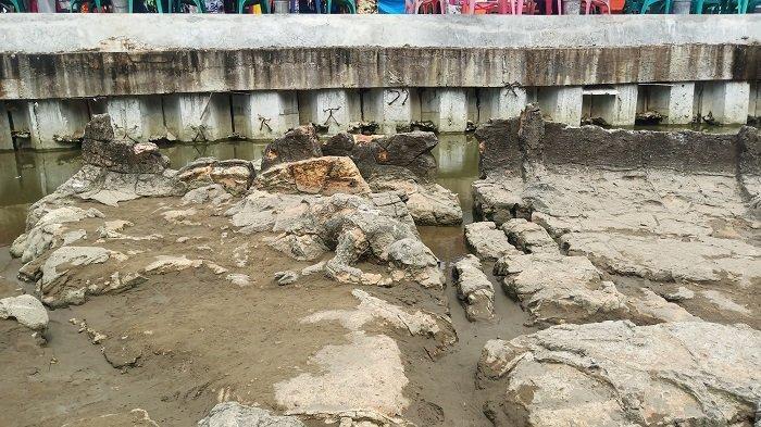 VIRAL Batu Malin Kundang Dikabarkan Sempat Tenggelam, Air Mulai Surut di Pantai Air Manis Padang