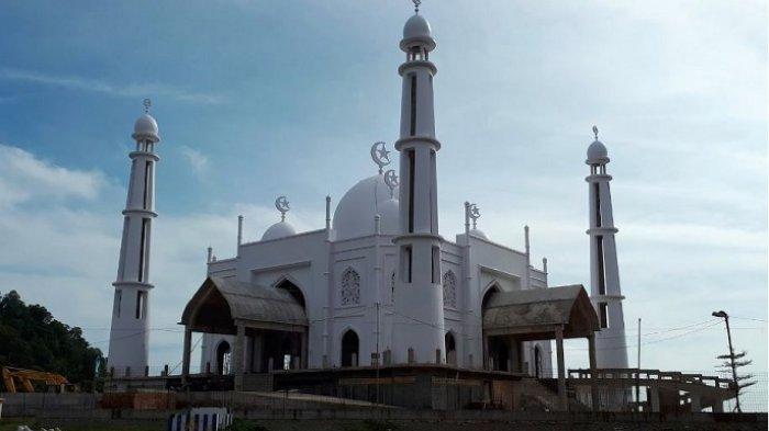 Masjid Putih di Pantai Padang Telah Dibuka untuk Umum, Gelar Salat Jumat Perdana