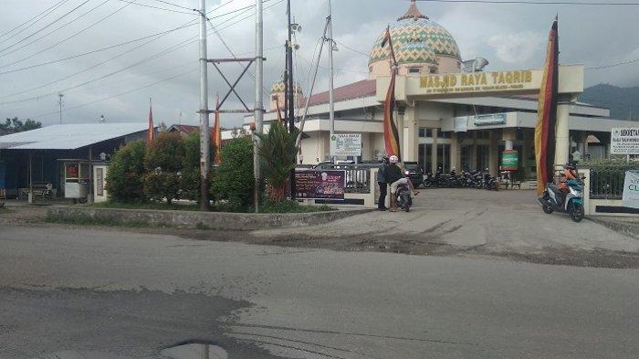 Masjid Raya Taqrib, Jalan Sutan Syahrir Rawang, Kecamatan Padang Selatan, Kota Padang, lokasi kejadian bocah terlindas mobil, Rabu (28/4/2021).