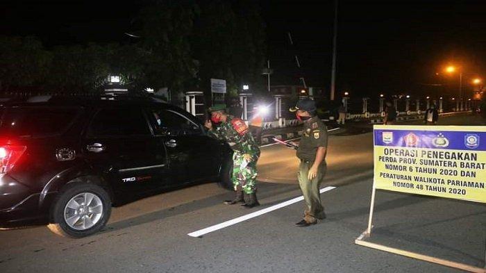 Tim Satgas Covid-19 Kota Pariaman lakukan pemeriksaan kepatuhan masyarakat terhadap pemakaian masker, di depan Balai Kota Pariaman, Sabtu (1/5/2021).